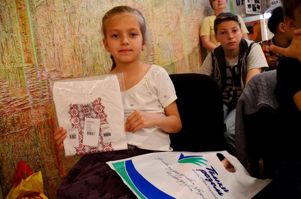 Подаровані вишиванки не лише залишать приємний спогад у пам яті дітей b451c54991266